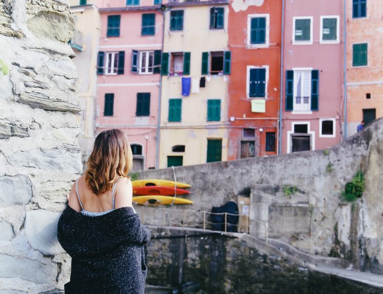 Why you should pack cashmere for travelling: White + Warren cashmere coatigan as worn by To Vogue or Bust in Cinque Terre, Italy